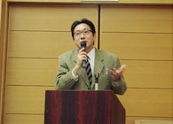 パネルディスカッションを前に、講演をする小松氏